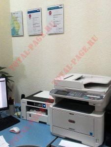 Ricoh SG2100N на моем рабочем столе рядом с МФУ OKI MB471W
