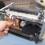 Извлечение провода датчика температуры и датчика прохода бумаги.
