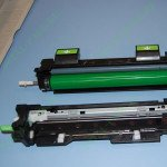 Драм-картридж разобранный на две составные части. Обратите внимание на цвет  ролика.  заряда, такие ролики ставились на HP 1100 и были практически вечными