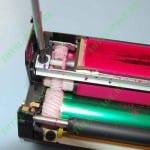 Откручиваем шурупы фиксирующие дозирующее лезвие драм-картриджа OKI C810