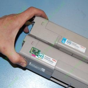 Приклеиваем чип на стартовый картридж OKI C610