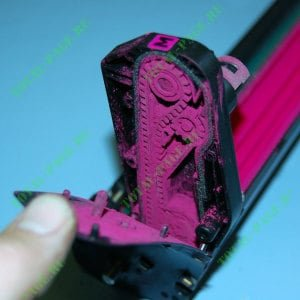 С помощью транспортного ремня в драм-картриджей отработка попадает в полость тонер-картриджа