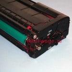 Картридж TK-150M - боковина с пробкой для засыпки тонера и транспортным ремнем отвода отработки.